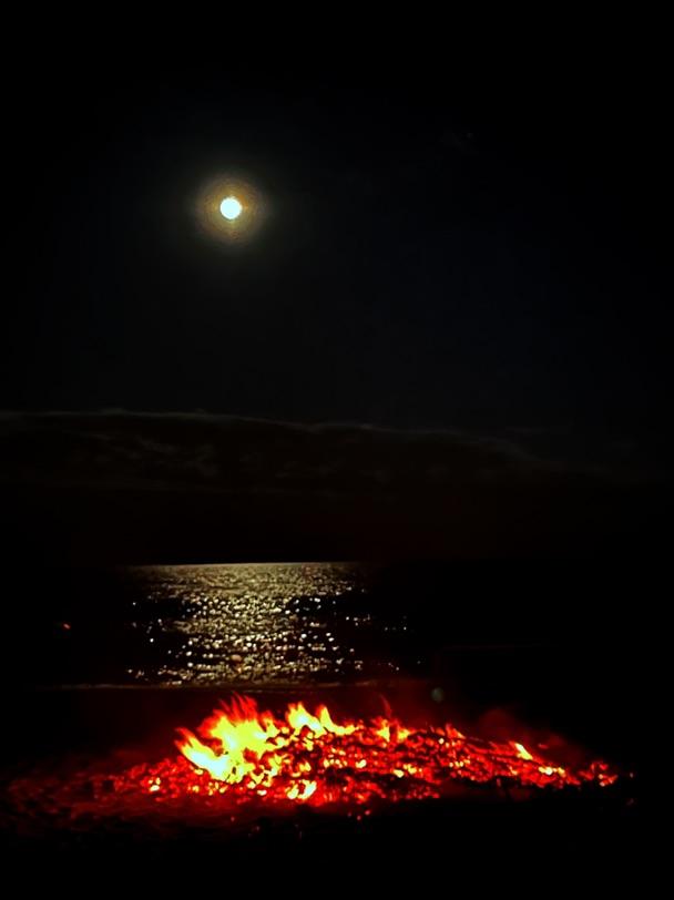 满月海滩篝火