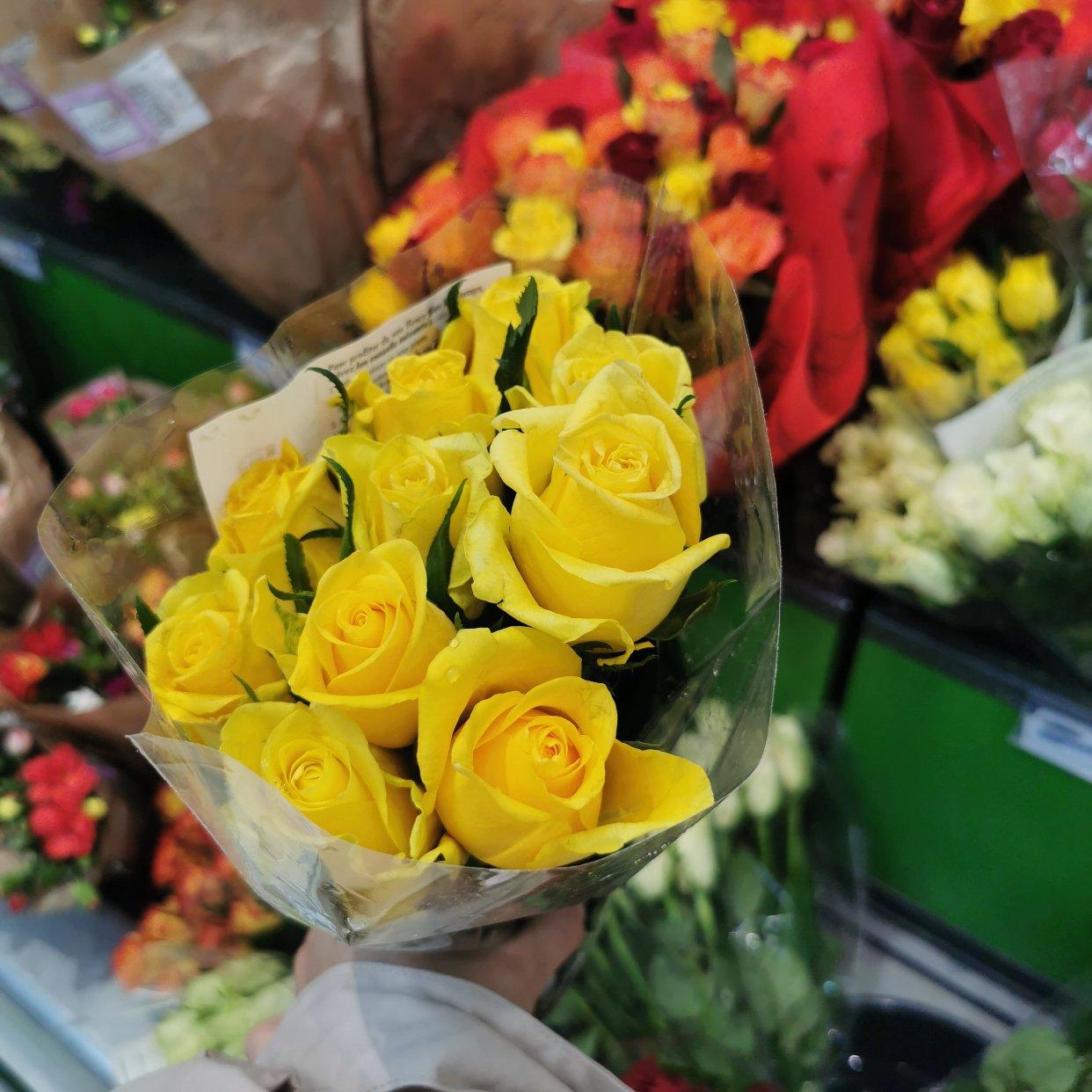 买了一束黄玫瑰~