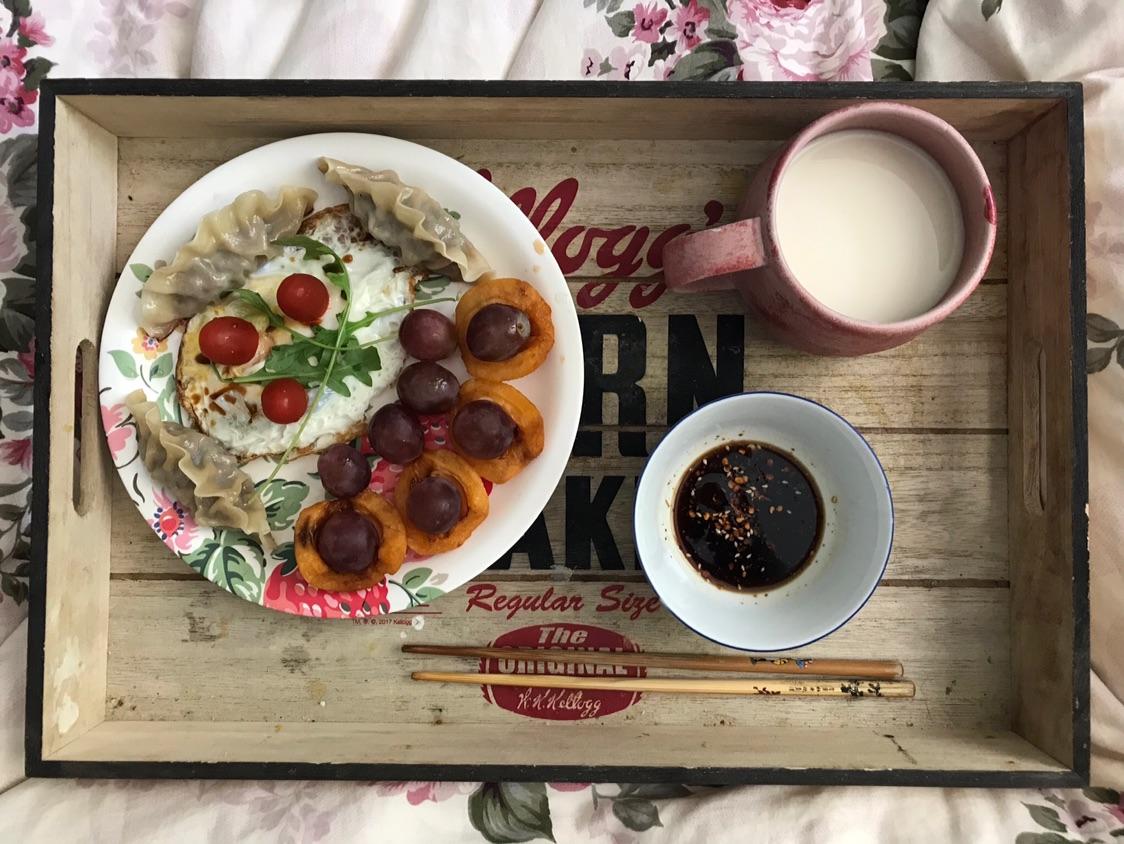 老公给做的早餐,抬到床上吃的那种