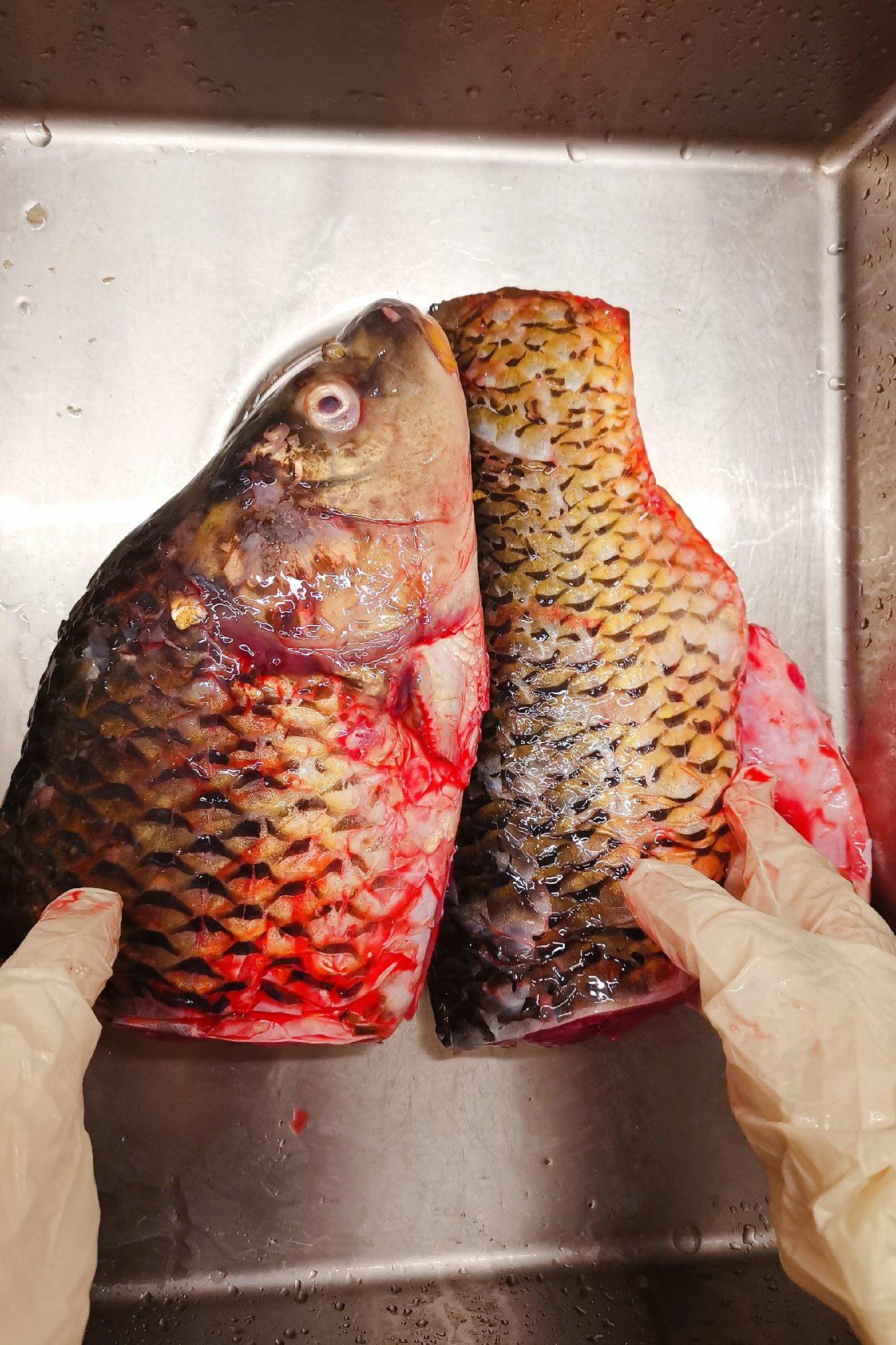 在柏林买到活鲤鱼,红烧鱼技能get!