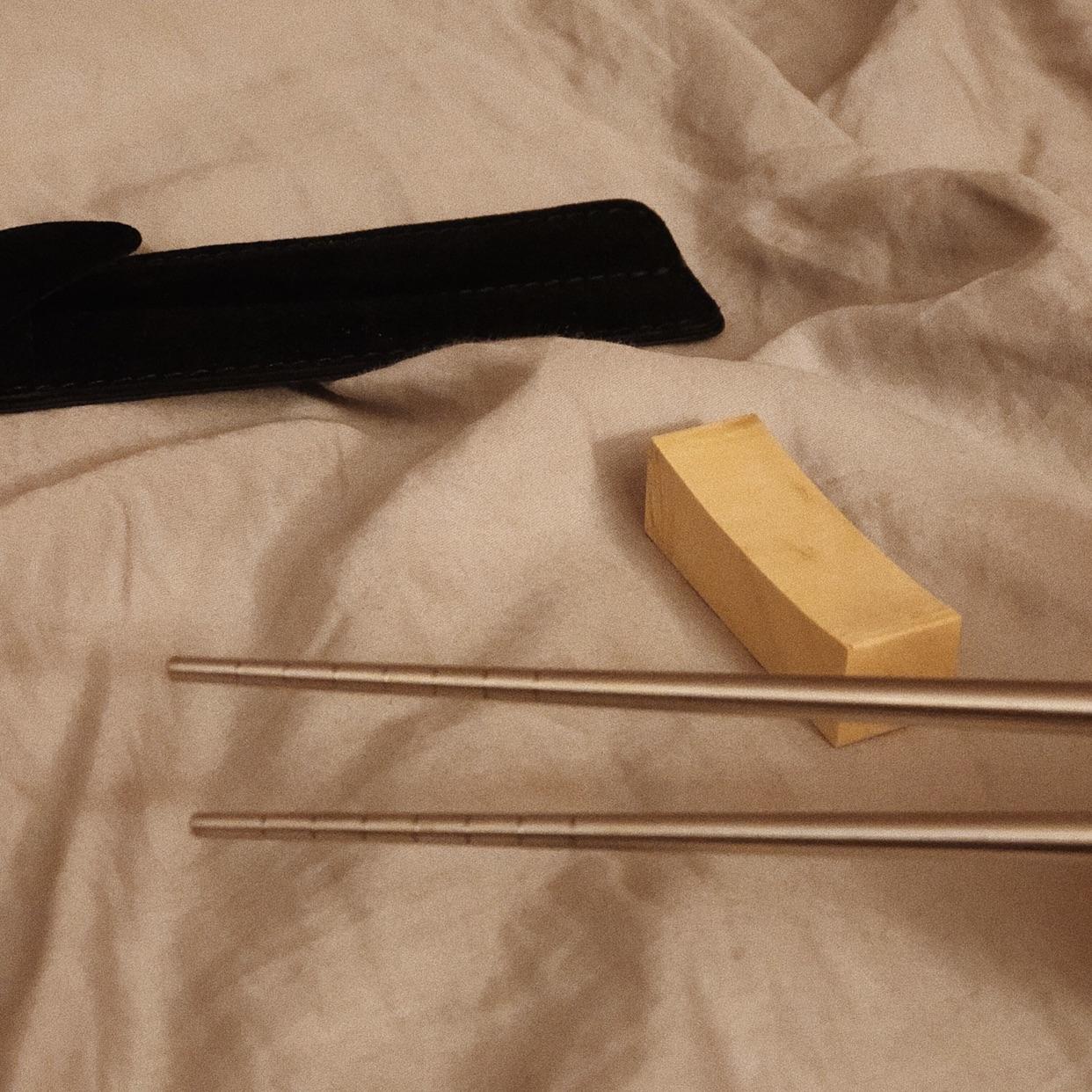 奢华的筷子🥢要放在床上拍照📷!!