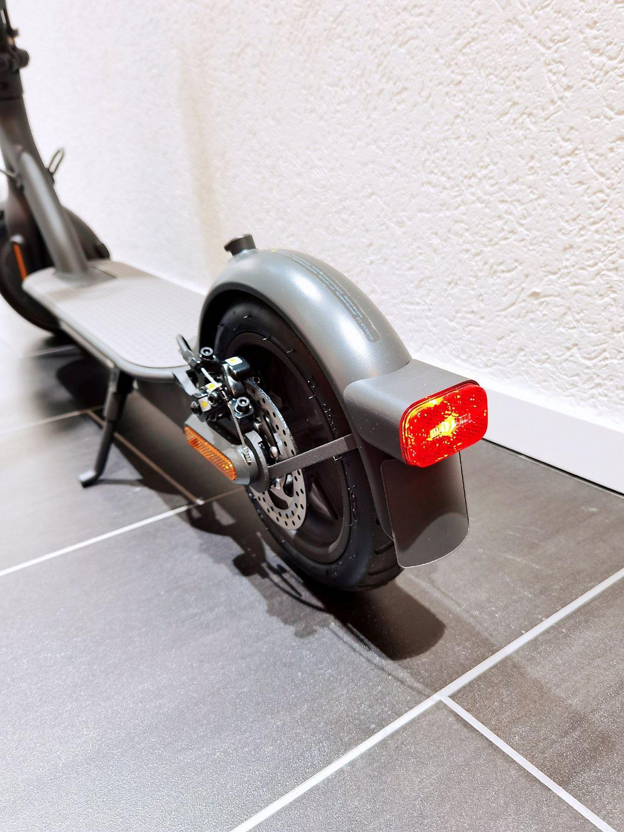 骑电动滑板车也要上牌买保险哦!!