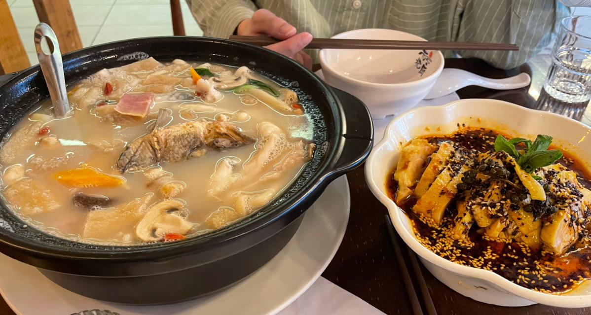 是哪家店能让小何吃到一半放下筷子写好文分享!